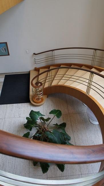 La Roche-Treppe mit Geländer